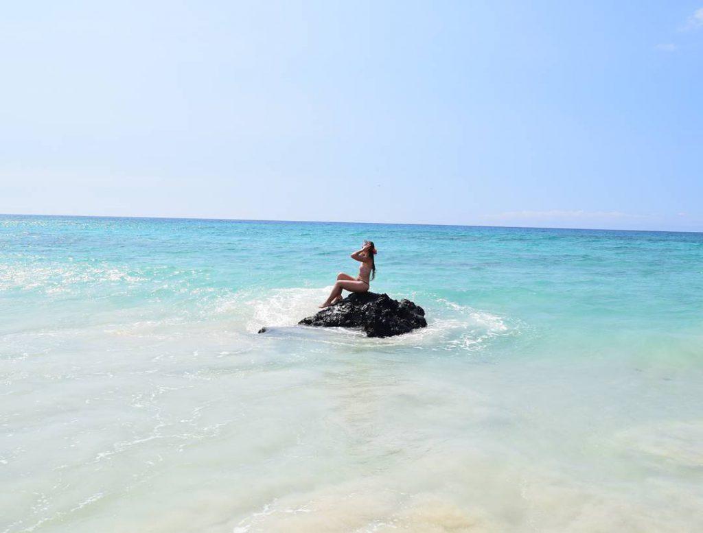 Caroline, au pair francesa, en la playa Makalawena